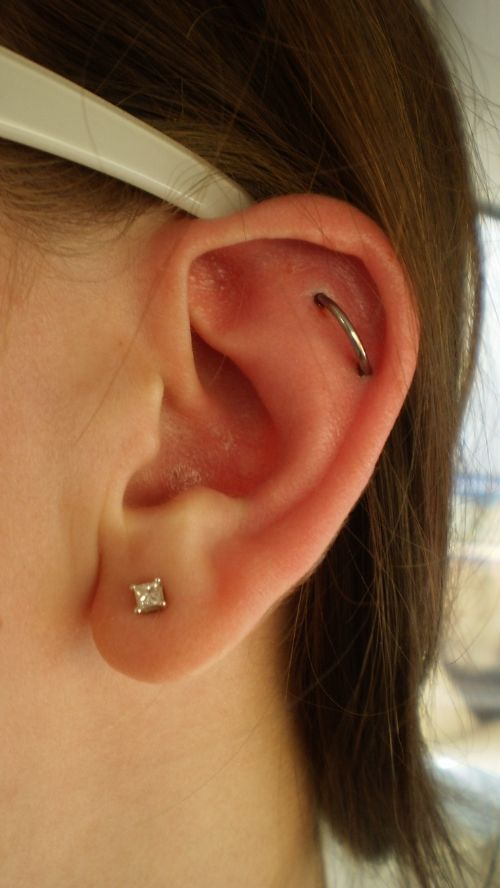 a lobe piercing paired with an orbital flat, with a diamond and a simpel hoop earring