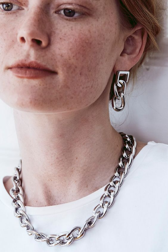 a chunky chain necklace plus matching earrings will easily make your outfit super trendy and chic