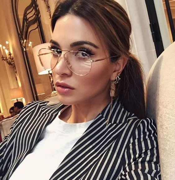 stylish aviator glasses in a thin gold frame are amazing to make a fashion statement easily