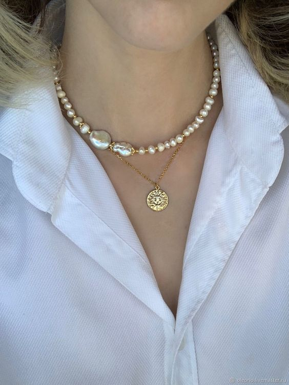 chic necklace layering with a baroque pearl necklace and a chain one wiht a gold coin is a stylish and trendy idea