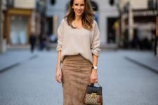 26 a relaxed fall work outfit with a jumper with a V-neckline, brown siede pencil skirt, tan shoes and a two tone bag
