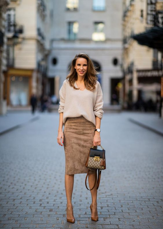 a relaxed fall work outfit with a jumper with a V-neckline, brown siede pencil skirt, tan shoes and a two tone bag