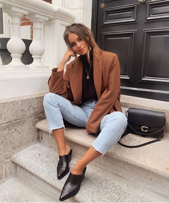 a simple fall look with a black turtleneck, a brown oversized blazer, bleached jeans, black mules and a black bag