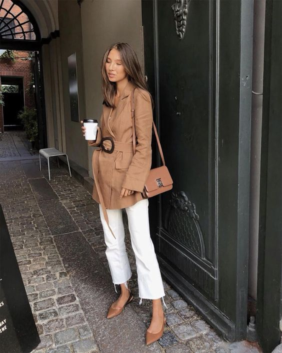 a relaxed look with a short tan trench with a belt, white jeans, tan silngbacks and a tan bag