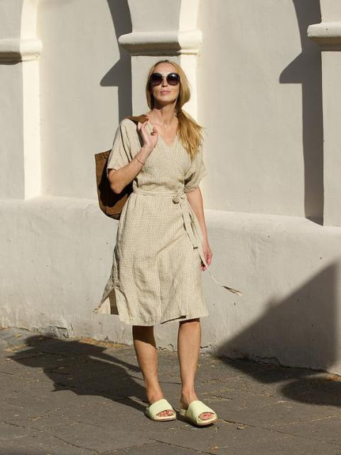 With brown tote bag, sunglasses and flat sandals