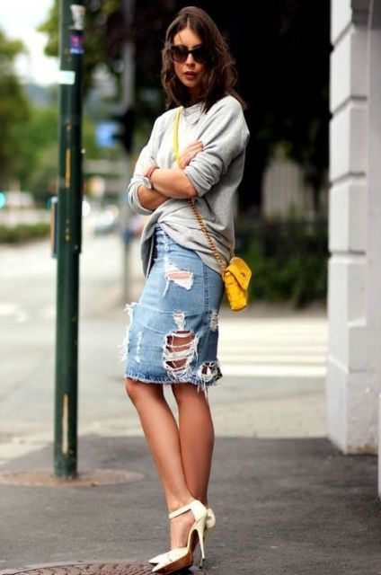With gray loose shirt, yellow crossbody bag and white shoes