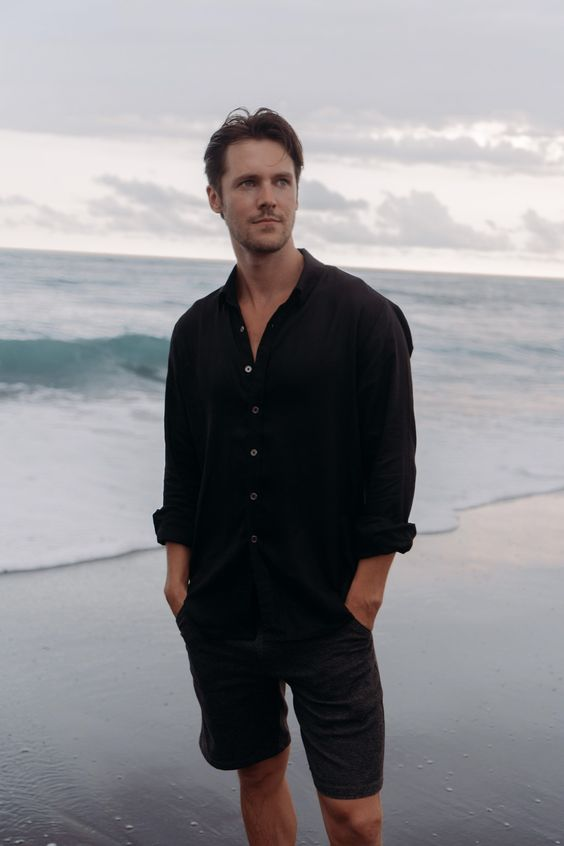 a total black look with a linen shirt and shorts is a great idea for a hot summer day and looks stylish