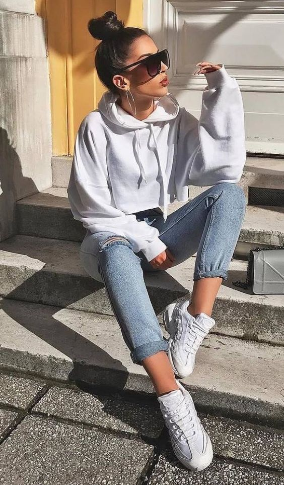 a white cropped hoodie, blue high waisted jeans, white trainers for a veyr comfy and easy look