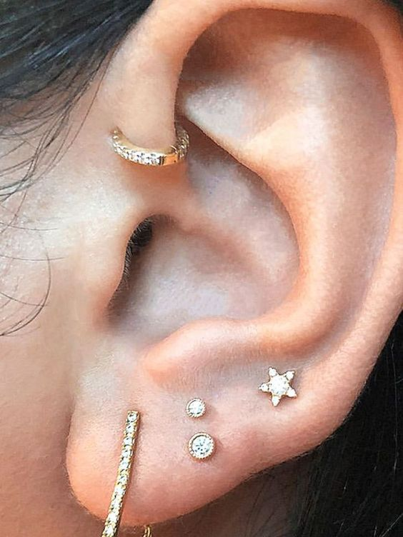 chic glam ear styling with a stacked lobe piercing and a single hoop in the forward helix is a very cool idea to rock