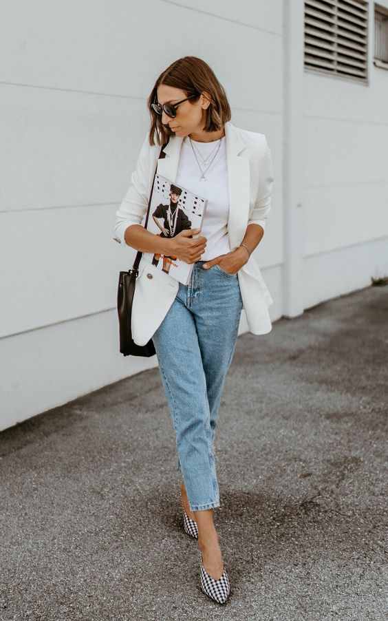 an elegant and trendy fall look with light blue cropped jeans, a white t-shirt, a creamy oversized blazer, checked shoes and a black bag