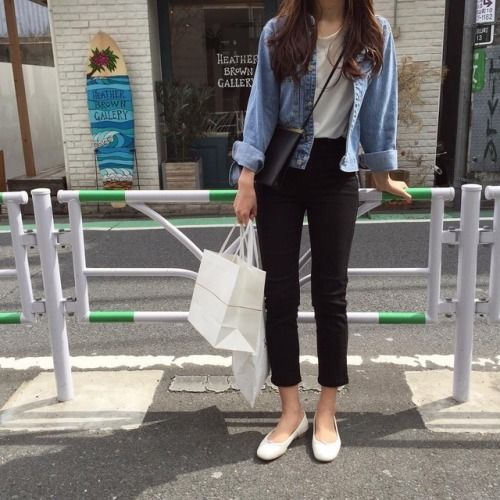 a very simple and cool outfit with a white t-shirt, black cropped jeans, a blue chambray shirt, white ballet flats and a white tote