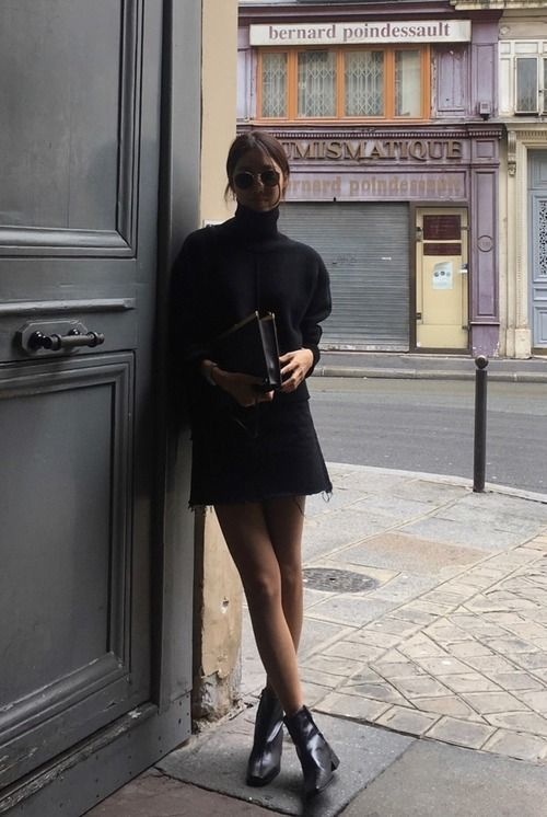 a total black look with a turtleneck, a denim mini skirt, booties and a large clutch is a cool idea for the fall
