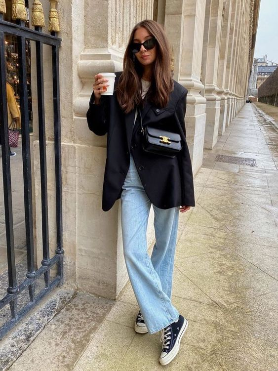 a simple fall look with a white t-shirt, blue jeans, a navy oversized blazer, navy sneakers and a black bag