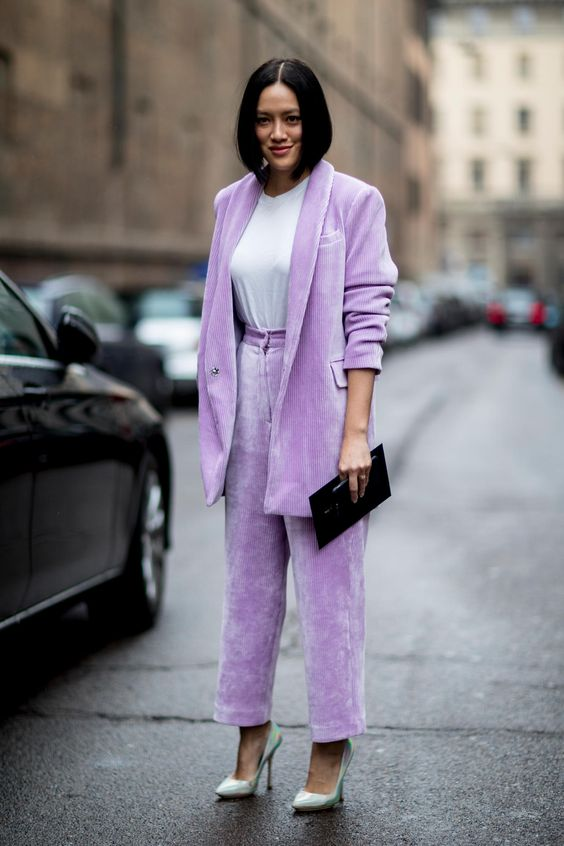 a gorgeous lilac corduroy oversized pantsuit with a white t-shirt, mint pumps and a black clutch is super cool