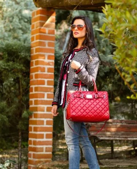 With printed t-shirt, jeans and red leather bag
