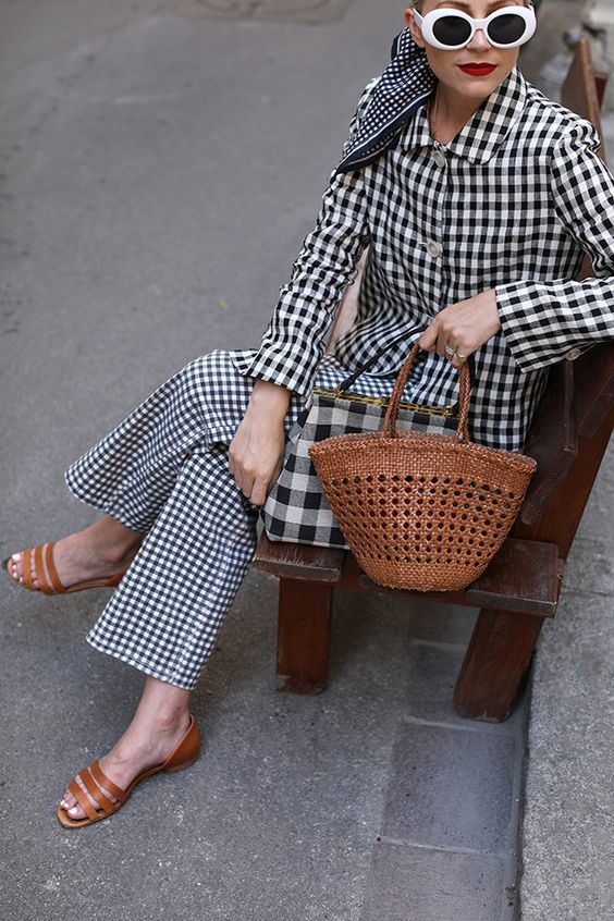 a total gingham look with trousers, an oversized blouse, a plaid bag, brown shoes and a brown bag for a bold statement
