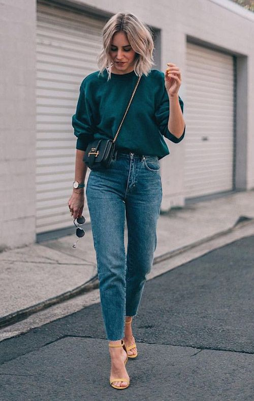 an emerald sweatshirt, blue slim leg jeans, yellow shoes and a black bag on chain for a simple look