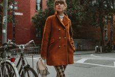 07 a catchy look with a vintage feel, with a white turtleneck, plaid trousers, black lacquer boots, a rust-colored cropped coat and a creamy bag