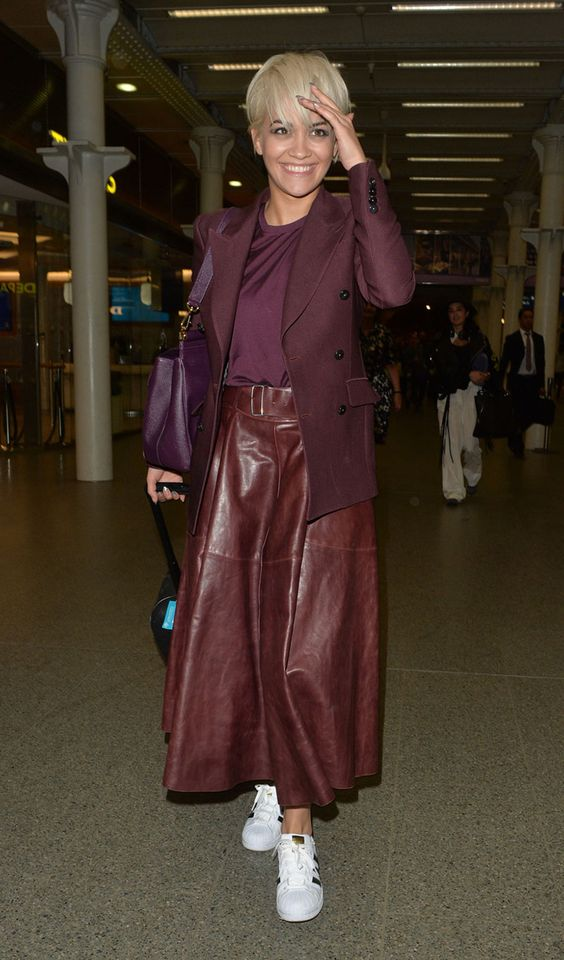 a deep purple t-shirt and a matching blazer, a burgundy leather A-line skirt, white sneakers and a purple bag