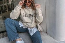 19 a white shirt, a creamy sweatshirt, blue jeans, white sneakers and a creamy bag for a lovely fall look