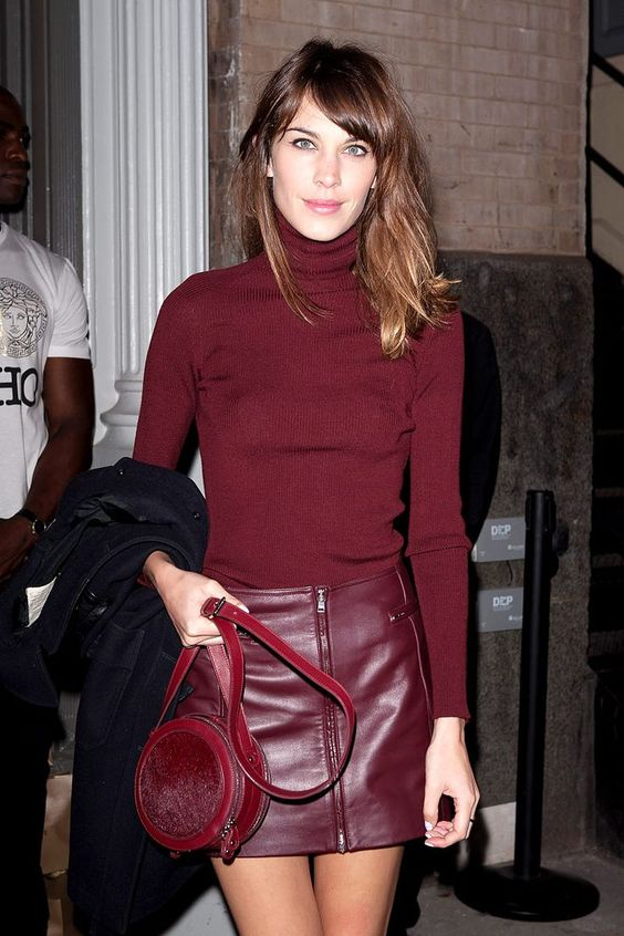 a sexy total burgundy look with a turtleneck, a mini leather skirt and a round bag is awesome for a fall date