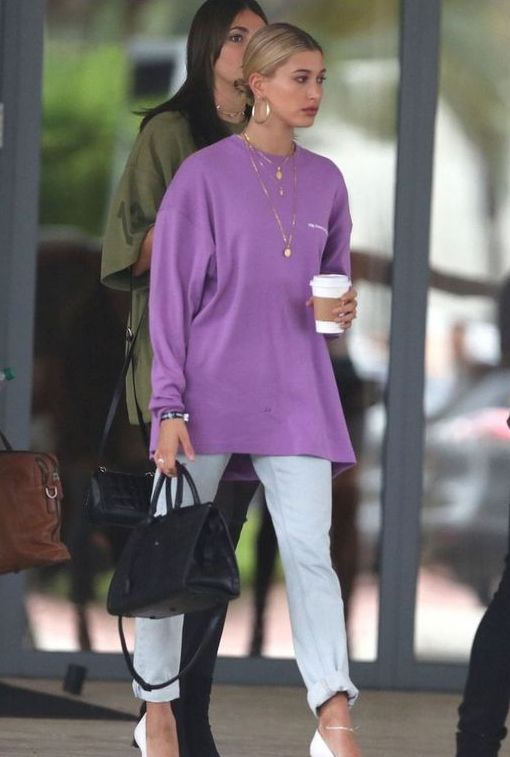 a simple and stylish fall look with a purple oversized sweatshirt, light blue jeans, white shoes and a black bag