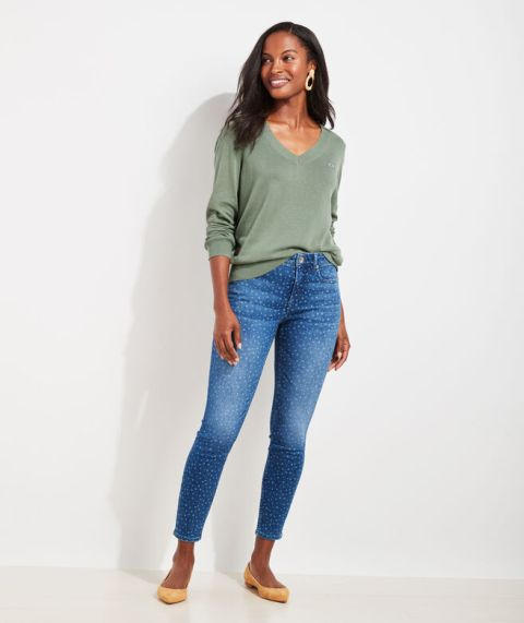 With printed cropped jeans and beige flat shoes