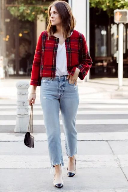With white V-neck loose shirt, light blue cropped jeans, black and beige flat shoes and black leather chain strap mini bag