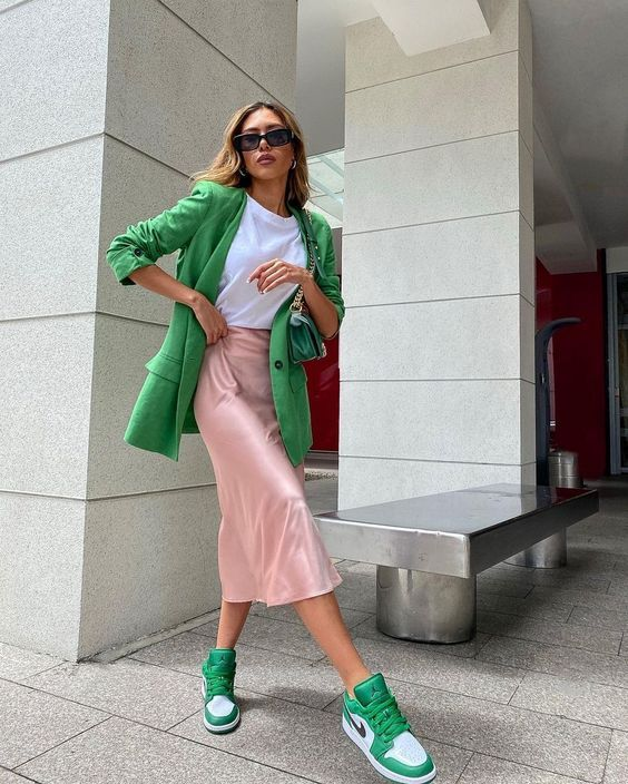 a bright and chic fall look with a white t-shirt, a grene oversized blazer, a pink slip skirt, green trainers and a green bag