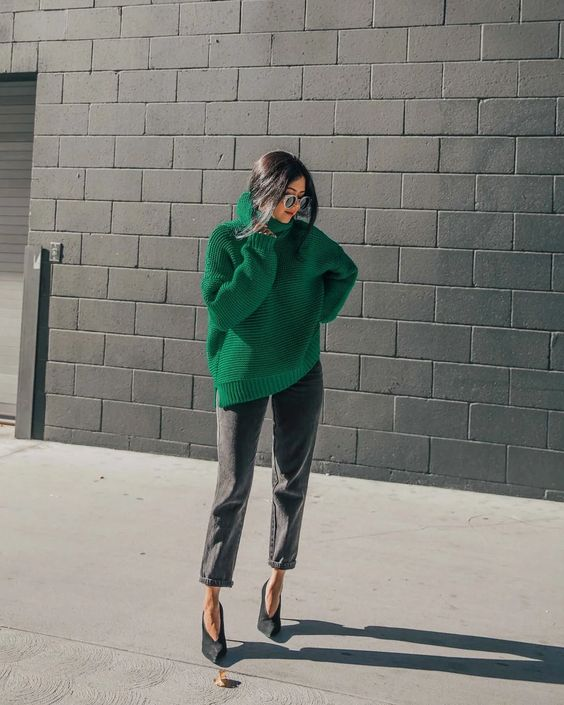 a catchy and contrasting fall outfit with a green oversized turtleneck sweater, grey cropped jeans and black shoes