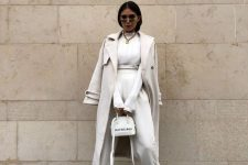 a total creamy look with a sweatshirt and sweatpants, a coat, sneakers and a small bag plus a statement necklace