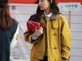21-cool-ways-of-wearing-a-bright-coat-this-winter-15
