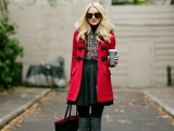 21-cool-ways-of-wearing-a-bright-coat-this-winter-18