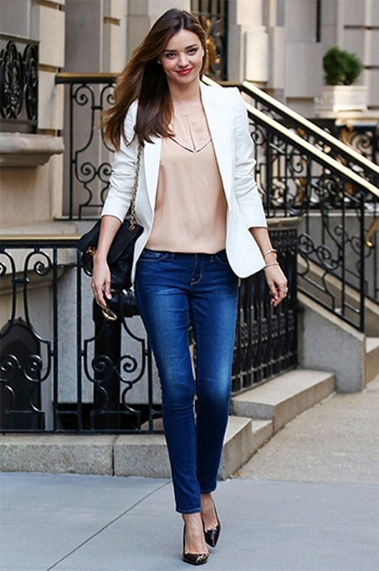 picture of fashionable work outfits for women to score a