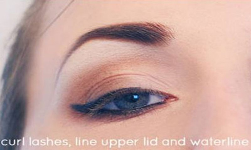 Picture Of Step By Step DIY Neutral Eye Makeup 6
