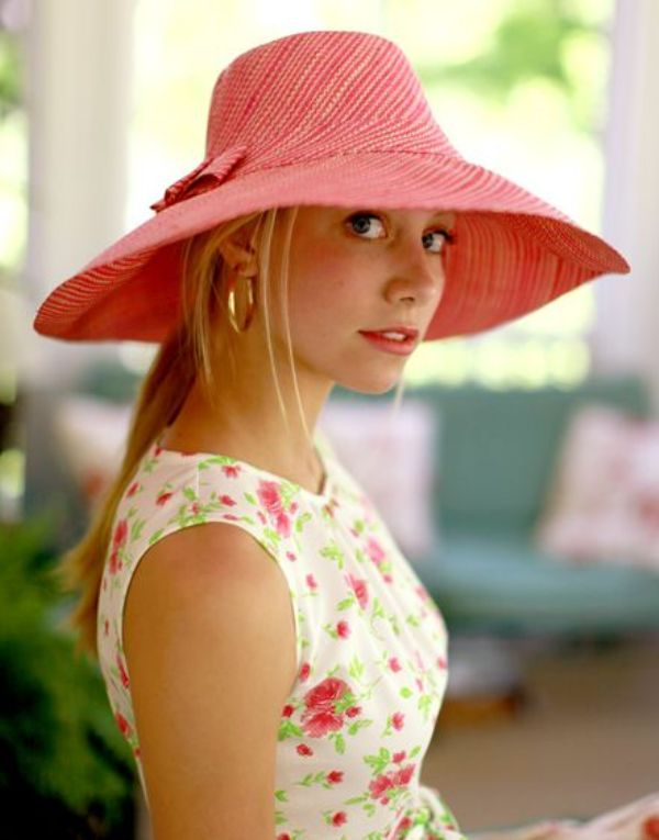 Picture Of Stylish And Romantic Looks With Wide Brim Hat 7
