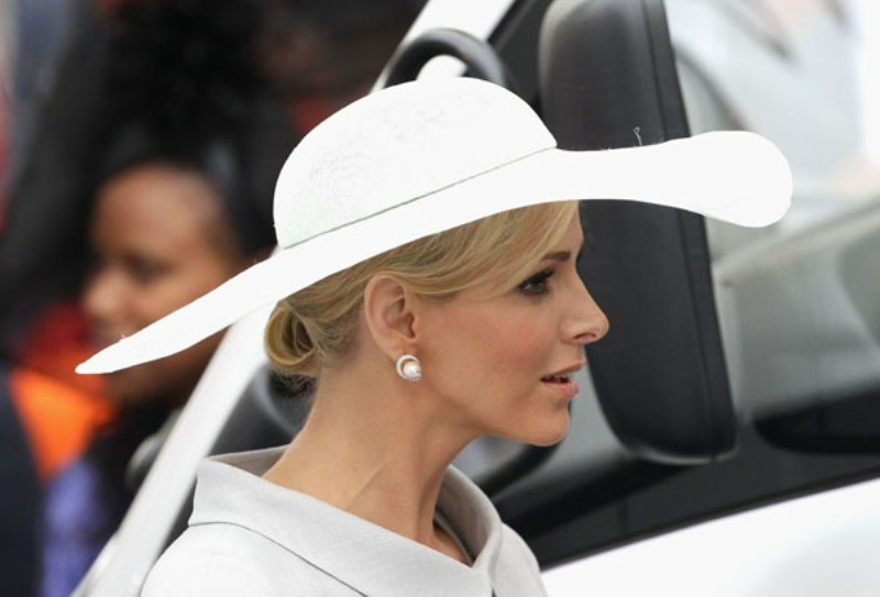 Picture Of Stylish And Romantic Looks With Wide Brim Hat 8