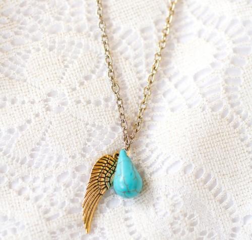 angel wing necklace (via styleoholic)