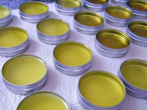 nourishing herbal salve (via herbanlifestyle)