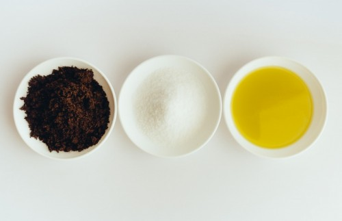 coffee and sea salt cellulite scrub (via tinytelecast)