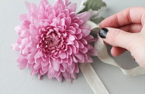Beautiful And Fresh DIY Flower Hair Accessory