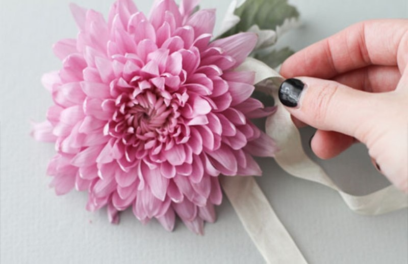 Picture Of beautiful and fresh diy flower hair accessory  4