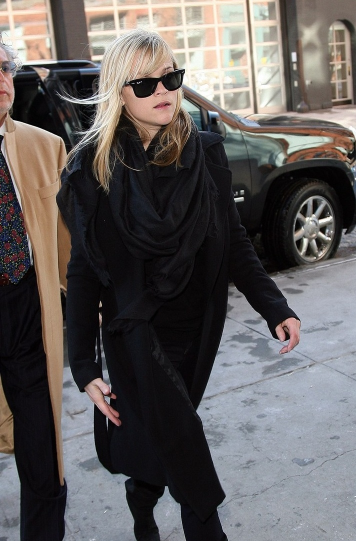Picture Of celebrities fall looks with a scarf  11