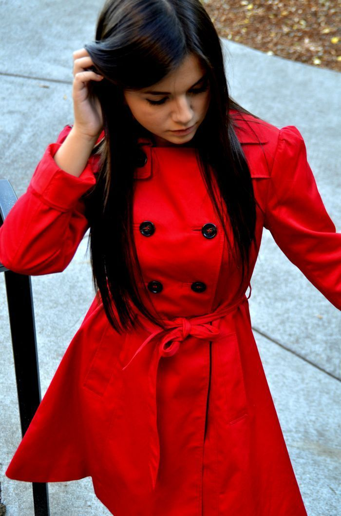 a short red double breasted trench with black buttons is a bold touch of color to your spring outfits and a comfortable clothes piece