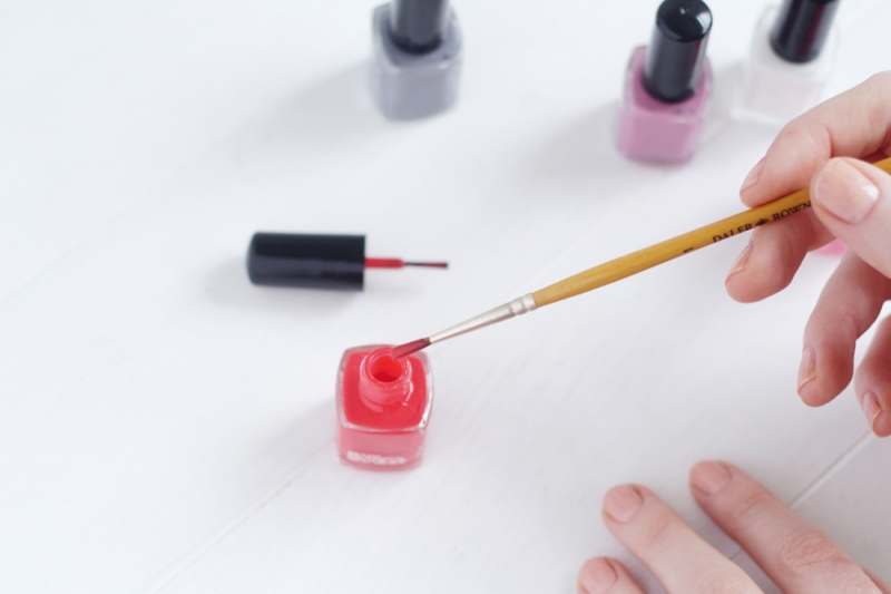 Picture Of diy brush stroke abstract manicure  2