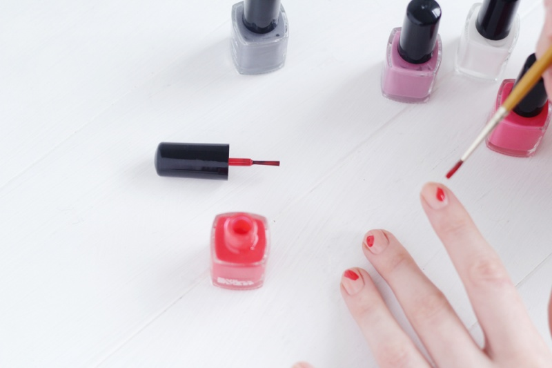 Picture Of diy brush stroke abstract manicure  3