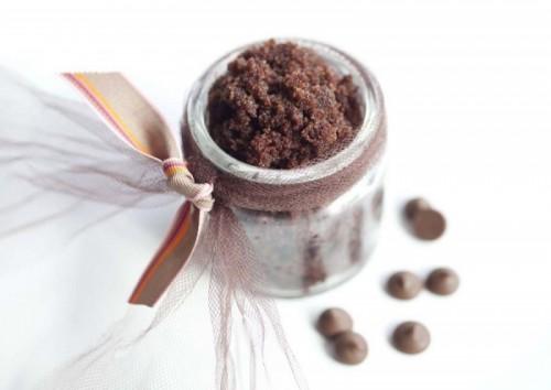 chocolate sugar lip and body scrub (via crazydeliciousdeals)
