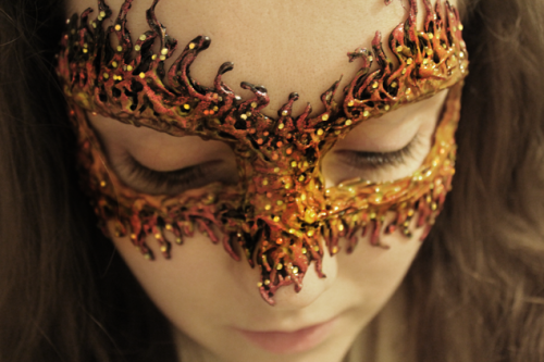 DIY Fire Masquerade Mask (via klairedelys)