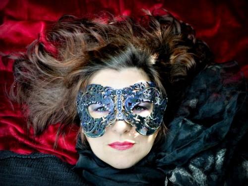 DIY Mysterious Masquerade Mask (via baerbelborn)