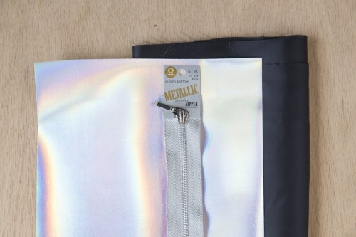 DIY Holographic Clutch To Travel With Style